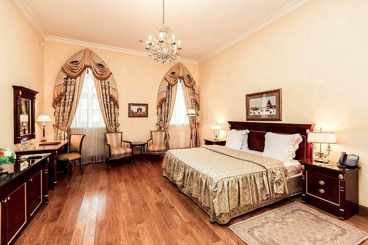 Deluxe room with one king-size bed